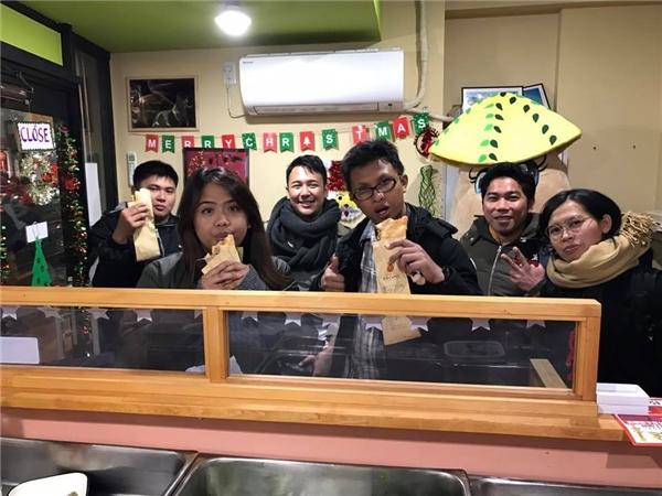 Du khách nước ngoài đến chơi Nhật Bản tỏ ra thích thú với món bánh mì Việt.(Ảnh:Bánh Mì Xin Chào)