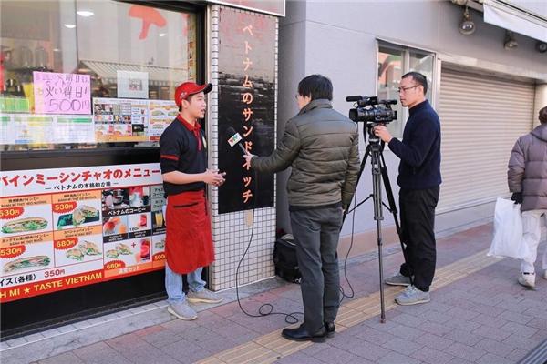 Xin Chào nhận được sự quan tâm của truyền thông Nhật và Việt.(Ảnh:Bánh Mì Xin Chào)