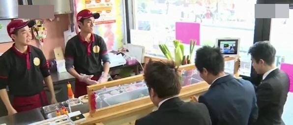 Bùi Thanh Duy (1991) và Bùi Thành Tâm (1986) là chủ nhân của tiệm bánh mì Việt mang tên Xin Chào. (Ảnh cắt từ clip)