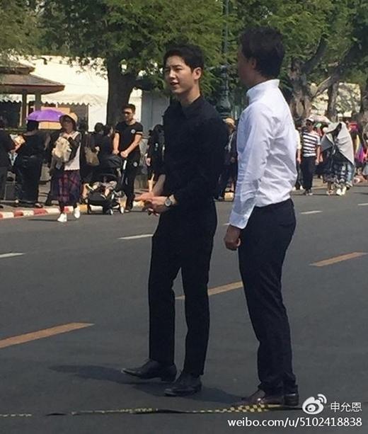 Song Joong Ki ăn vận đơn giản đốn tim fans khi xuất hiện ở Thái Lan