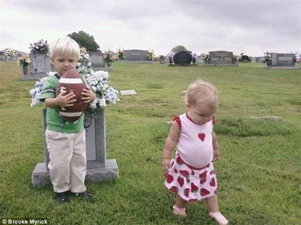 Có lần Walker nằng nặc đòi ra thăm mộ em chỉ để khoe quả bóng mới của mình.
