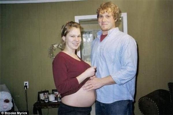 Brooke cùng chồng mình là Michael khi còn đang mang song thai
