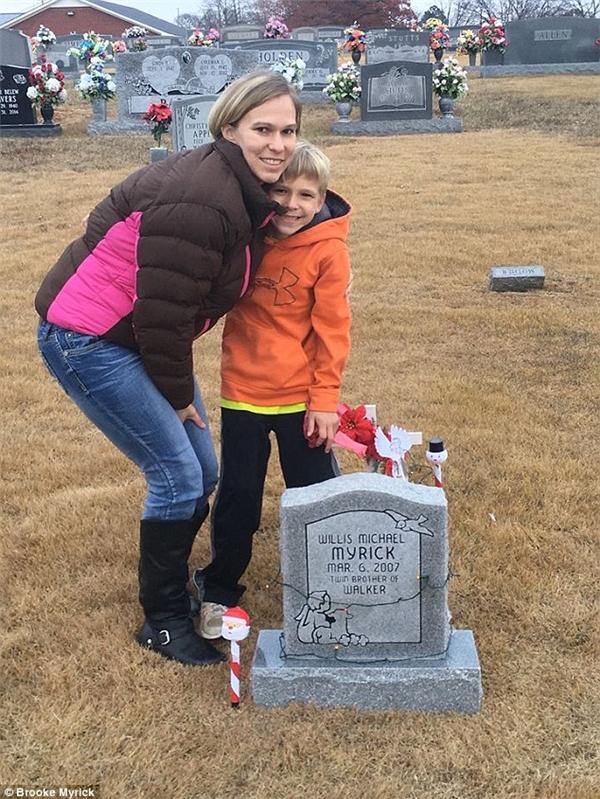 Xúc động hình ảnh cậu bé 5 tuổi ngồi bên mộ em trai tâm sự