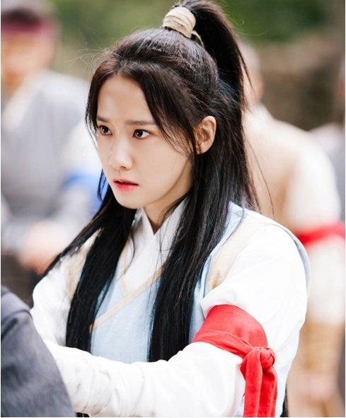 """Trang phục và kiểu tóc đơn giản, không màu mè nhưng vẫn toát lên vẻ đẹp trong sáng, thánh thiện của nhân vật. Khán giả đánh giá Yoona rất phù hợp với tạo hình phim cổ trang, nhiều người xem tán tụng cô là """"Nữ thần phim cổ trang"""" mới của điện ảnh xứ Kim Chi."""