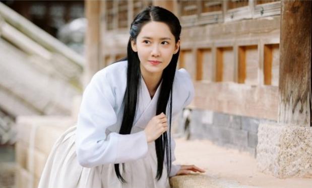 Tạo hình của nhân vật Eun San của Yoona trong bộ phim The King Loves thu hút sự chú ý của đông đảo khán giả nhờ vào vẻ giản dị nhưng vẫnlàmmê đắm lòng người.