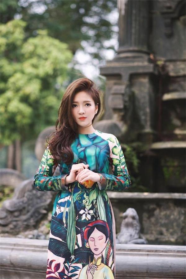 Nhan sắc xinh đẹp của hai cô gái thân thiết cạnh Seungri tại Hà Nội