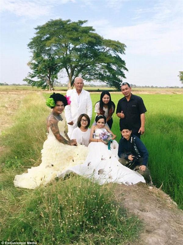 Anh Ritchaveephat (góc trái, ngoài cùng) cũng có mặt trong đám cưới của Jroonsi.  (Ảnh: Daily Mail)