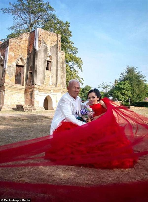 Một bức ảnh đầy hạnh phúc trong album ảnh cưới của Jroonsi cùng ông Bancha. (Ảnh: Daily Mail)