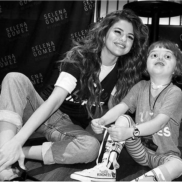 Selena chụp ảnh cùng fan nhí.