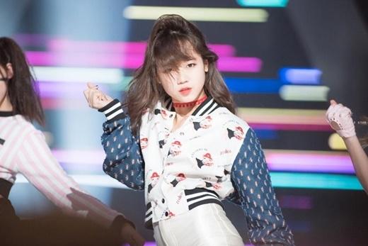 Cô nàng trông cực kỳ chuyên nghiệp trên sân khấu với biểu cảm lạnh lùng.