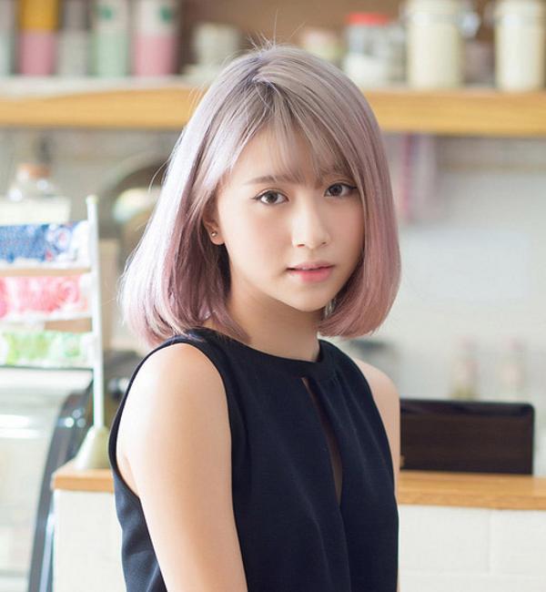 Nếu bạn muốn nhìn mình trẻ trung hơn thì hãy thử ngay mẫu tóc ngang vai cúp phồng với phần mái thưa