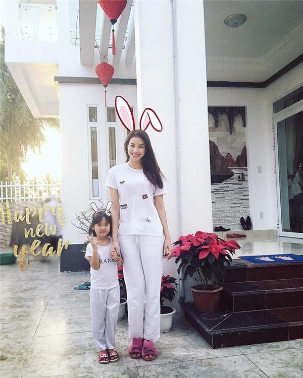 Diện trang phục màu trắng đơn sắc, Phạm Hương vẫn vô cùng nổi bật, cuốn hút ngày đầu năm mới.