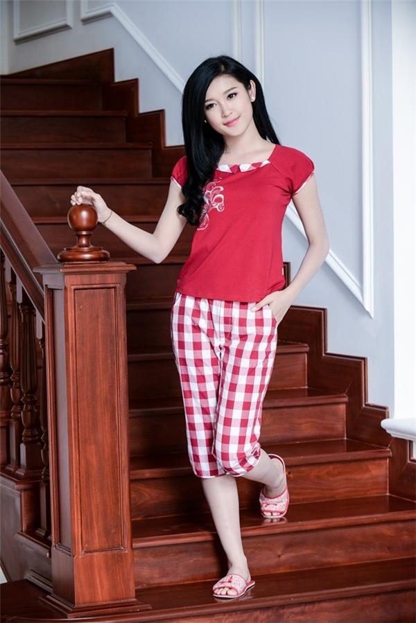 Một khoảnh khắc vô cùng đáng yêu của Á hậu Việt Nam 2014 với trang phục kẻ caro, màu đỏ trắng nổi bật.