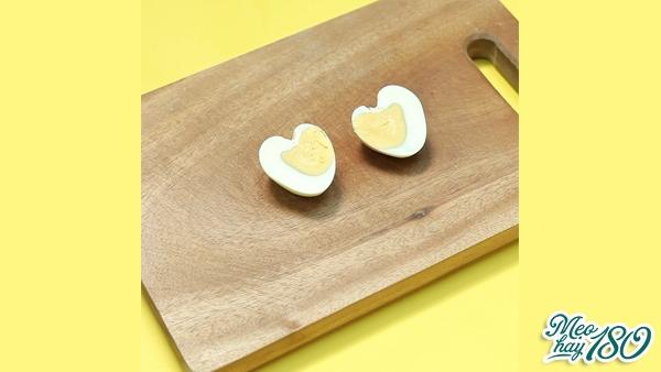 Tạo hình trái tim cực dễ thươngcho trứng luộc.