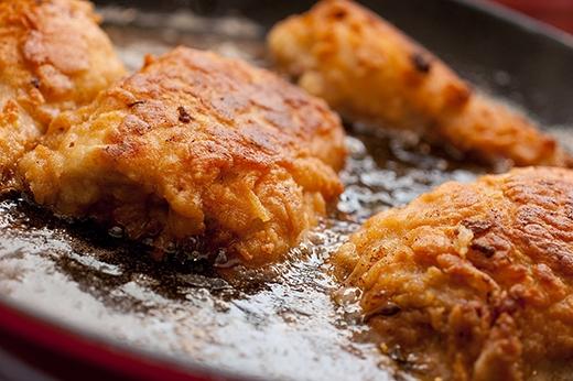 Nếu món ăn có quá nhiều mỡ, bạn hãy bỏ vài viên đá vào một chiếc khăn mỏng rồi lăn trên bề mặt món ăn. Khi gặp lạnh, mỡ sẽ bị đông lại rồi bám vào bề mặt khăn.