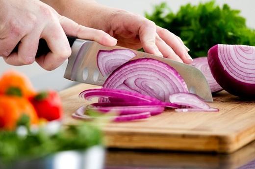 Trước khi thái 30 phút, bạn cho hành tây vào tủ lạnh. Cách làm này sẽ tránh được tình trạng cay mắt. Tuy nhiên chỉ áp dụng cho các món ăn nấu chín hành tây. Không dùng cách này cho hành tây ăn kèm salad.