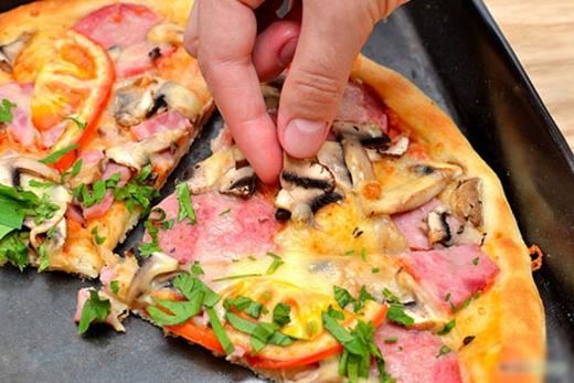 Đặt thêm một chén nước ở trong lò vi sóng khi hâm nóng pizza sẽ giúp bánh không bị khô và vỏ giòn ngon hơn.