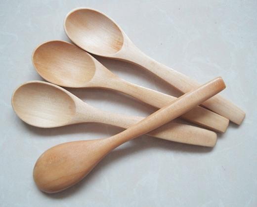 Bỏ tất cả dụng cụ bằng gỗ như đũa, thìa... vào trong nước sôi, luộc khoảng 10 phút rồi vớt ra phơi nắng. Cách này giúp chúng không còn mùi hôi và bền hơn khi sử dụng.