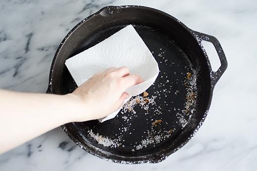Thay vì dùng nước rửa bát, hãy dùng muối để rửa. Cách này giúp chảo không bị gỉ và còn khử mùi hôi do các gia vị ám vào khi nấu ăn.
