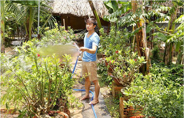 Nam diễn viên tự tay chăm sóc cây kiểng trong vườn. - Tin sao Viet - Tin tuc sao Viet - Scandal sao Viet - Tin tuc cua Sao - Tin cua Sao