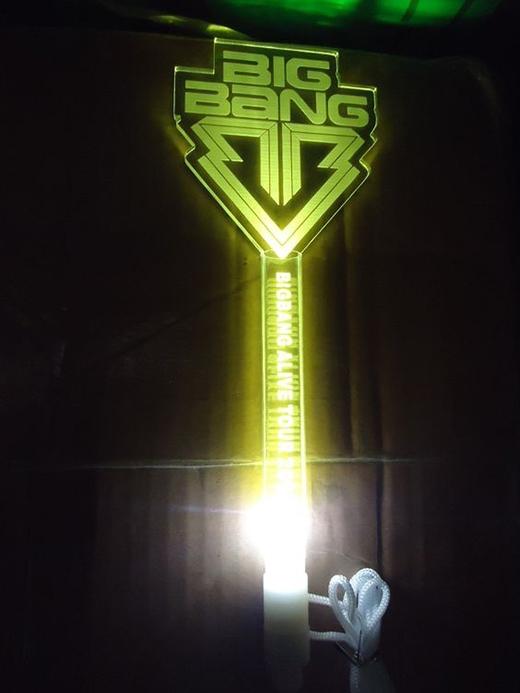 Trước đó, cũng như bao nhóm nhạc khác, light stick của Big Bang chỉ là một phiên bản đơn giản như thế này với màu vàng là màu đặc trưngcủa fandom.