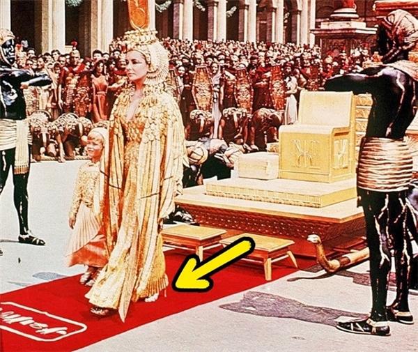 Cleopatra (1963): Dù Nữ hoàng Cleopatra sống vào thời Ai Cập cổ đại nhưng diễn viên Elizabeth Taylor lại mang một đôi guốc cao gót rất hiện đại.