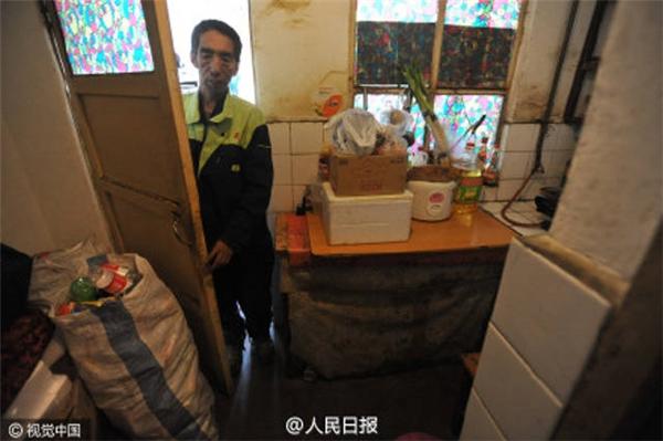 Ông đã bán nhà, thuê phòng trọ ọp ẹp để có tiền nuôi những đứa trẻ nghèo. (Ảnh: People Daily)