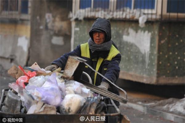 """Đây là cách ông Zhao """"trả ơn cho đời"""". (Ảnh: People Daily)"""