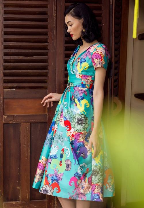 Người mẫu Thùy Trang trẻ trung với sắc xanh thiên thanh cùng loạt chi tiết đan lồng vào nhau. Trong đó, đáng chú ý là hình ảnh chú gà trống linh vật của năm 2017 này.