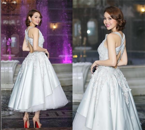 Bộ váy gần đây nhất của nữ ca sĩ với tông màu pastel ngọt ngào cũng được nhấn nhá bằng loạt họa tiết hoa đính kết kì công trên nền chất liệu ren, cườm đá bắt sáng mạnh.