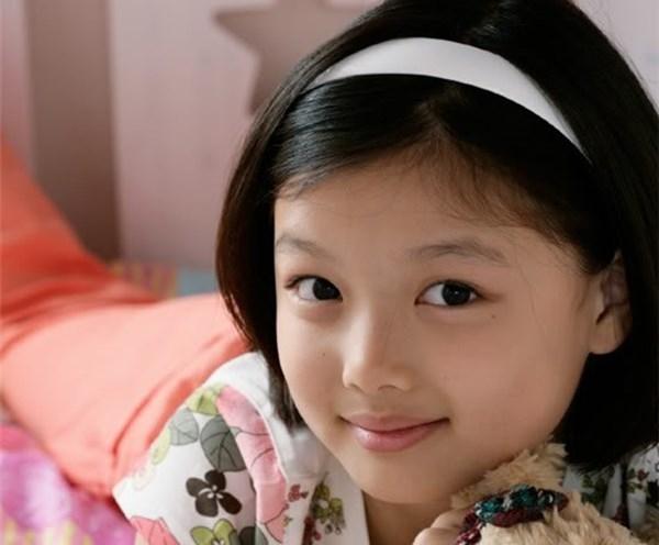 Kim Yoo Jung được phát hiện qua một cuộc thi mà chị em cô bé tham gia.