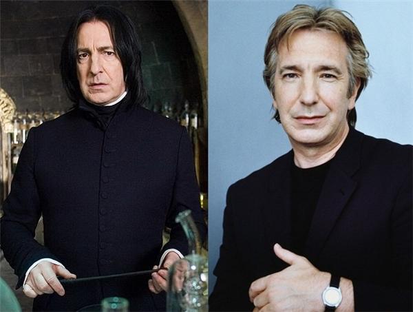 Ngoài đời, chú Alan Rickman có gương mặt phúc hậu cùng nụ cười ấm áp, khác hẳn vớithầy Snape.
