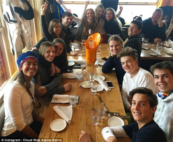 Nhóm bạn của Malia: (theo chiều kim đồng hồ, từ trái sang phải: Malia Obama, Elizabeth Tisch, Audrey Kotick, Monique Lhuillier, Julian Gratry, Jamie Tisch, Crystal Lourd, Danielle Oerlemans, Tom Bugbee, Holden Tisch, Bryce Lourd, Zachary Tisch and Tassilo von Furstenberg)