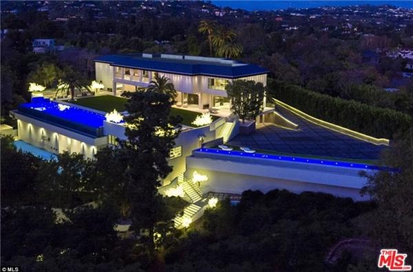 Chủ sở hữu Tom Gores của Detroit Pistons đã chi ra 100 triệu đô (hơn 2283 tỉ đồng) để mua một căn nhà 3530m2 nằm biệt lập tại Holmby Hills. Căn nhà tọa lạc tại số 301 North Carolwood Drive, đối diện nhà cũ của Frank Sinatra, từng là nhà riêng của nữ danh ca Barbra Streisand.