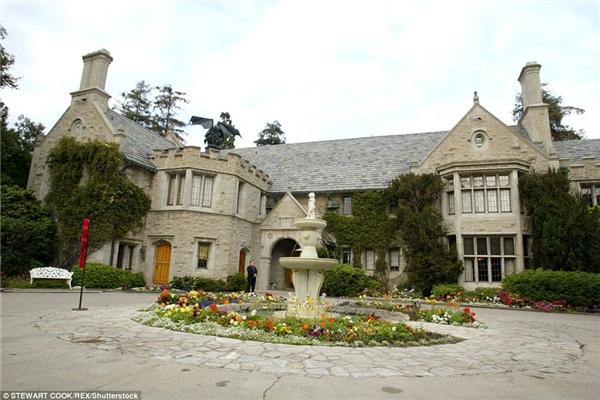 Dinh thự Playboy từng được chủ cũ của nó rao bán với giá 200 triệu đô (hơn 4566 tỉ đồng) nhưng cuối cùng ông đành chấp nhận cái giá chỉ bằng phân nửa.