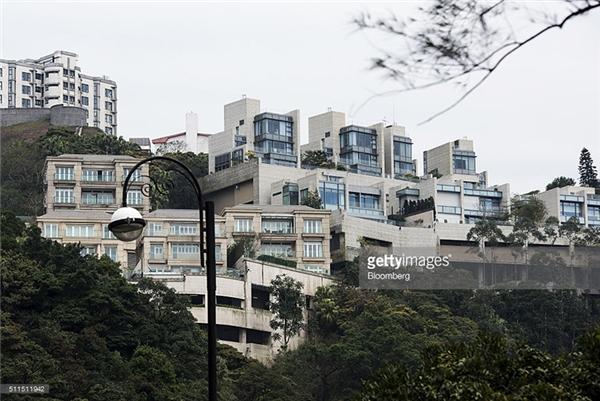 Tuy nhiên những căn nhà, dinh thự trên vẫn chưa là gì so với một căn nhà thuộc khu dân cư sang trọng, biệt lập trên Đỉnh Nicholson ở Quận Peak, Hồng Kông, vừa được bán với giá 270 triệu đô (hơn 6120 tỉ đồng), có diện tích chỉ 836m2.