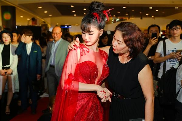 Bà ân cần chỉnh sửa váy cho con gái trước khi cô bước lên sân khấu giao lưu cùng khán giả. - Tin sao Viet - Tin tuc sao Viet - Scandal sao Viet - Tin tuc cua Sao - Tin cua Sao