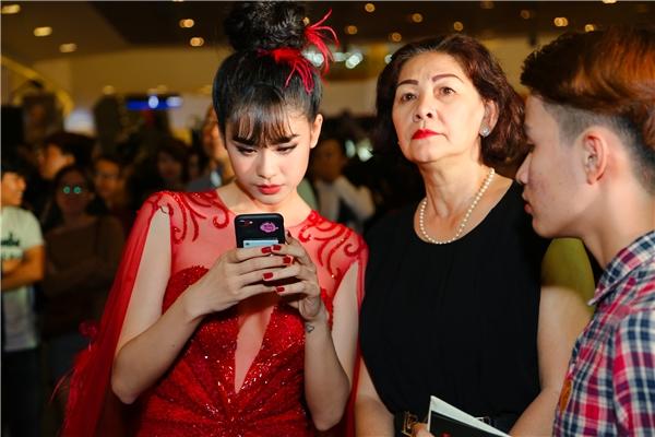 Mẹ của Trương Quỳnh Anh cũng có mặt tại buổi ra mắt phim tối qua. - Tin sao Viet - Tin tuc sao Viet - Scandal sao Viet - Tin tuc cua Sao - Tin cua Sao