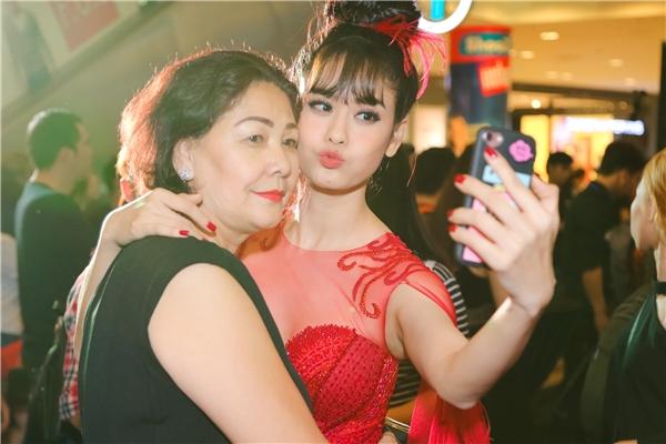 Hai mẹ conchụp ảnh selfie để làm kỉ niệm. - Tin sao Viet - Tin tuc sao Viet - Scandal sao Viet - Tin tuc cua Sao - Tin cua Sao