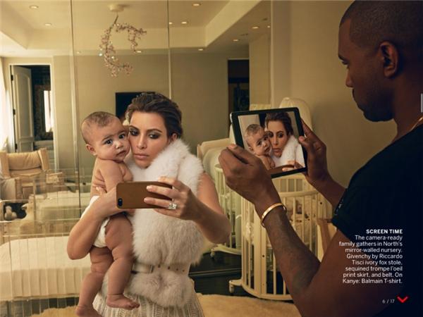 Tấm ảnh chứng minh gia đình nhà Kim là ma: họ không xuất hiện trong tấm kính đằng sau lưng.