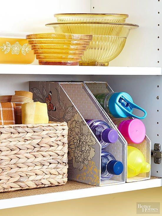 Dùng những chiếc kệ đựng hồ sơ bỏ đi để làm giá đựng những hộp đồ ăn, chai nước trong bếp cho gọn gàng.
