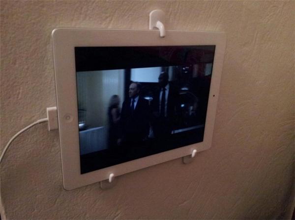 Để vừa làm việc nhà vừa xem một chương trình nào đó trên mạng, hoặc chat video với người thân, bạn có thể dùng những chiếc móc treo đồ trong nhà để gắn máy tính bảng lên tường giống như thế này.