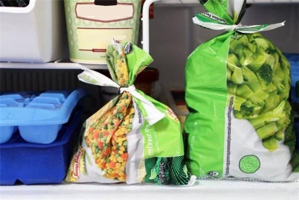 Để sử dụng một túi thức ăn, bạn nên cắt rời phần miệng của nó theo đường nằm ngang để tạo ra một sợi dây dài rồi dùng sợi dây đó cột lại miệng túi nếu không dùng hết trong một lần.