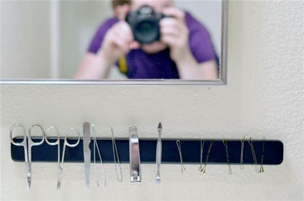 Một thỏi nam châm dài dán trên tường sẽ là nơi để gắn những vật dụng nhỏ bằng kim loại mà không lo chúng bị thất lạc.