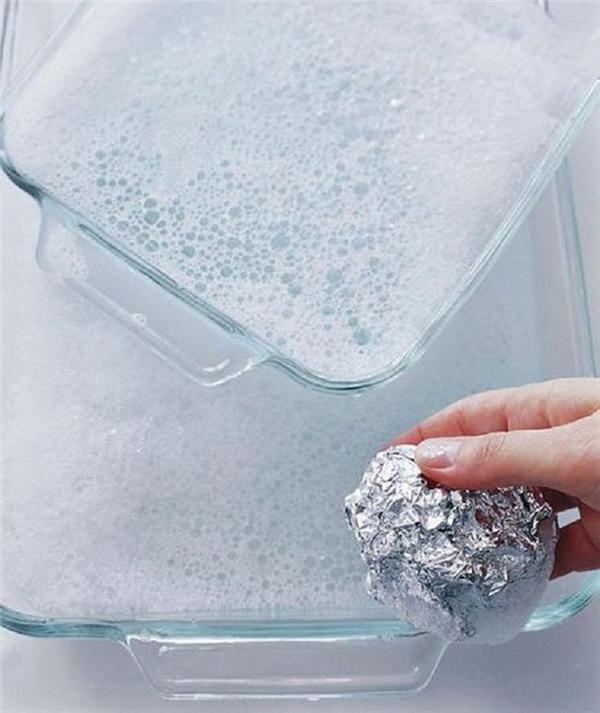 Để kỳ cọ thật sạch những món đồ thủy tinh trong nhà, cách hiệu quả nhất là dùng một miếng giấy bạc cuộn lại làm đồ lau chùi.