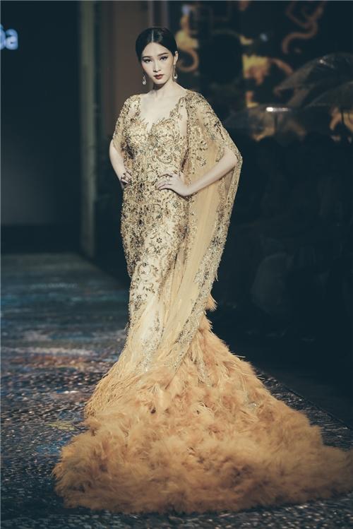 Đặc biệt, vedette của đêm diễn chính là Hoa hậu Việt Nam 2012 Đặng Thu Thảo. Cô là nàng thơ, là nguồn cảm hứng bất tận cho Lê Thanh Hòa trong suốt những năm qua.