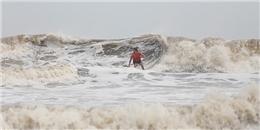 Haiyan chuyển biến phức tạp, người dân vẫn đùa với siêu bão