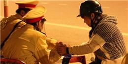 Thiếu nữ nói tiếng Hàn, khóc tiếng Việt khi bị CSGT giữ xe
