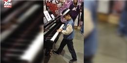 Thần đồng piano trổ tài giữa cửa hàng đồ chơi