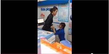 Clip nữ nhân viên siêu thị quỳ lạy khách hàng khiến dân mạng bức xúc
